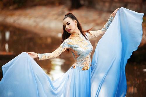 """Siêu mẫu Lại Thanh Hương """"đẹp như tranh"""" với áo dài lụa"""