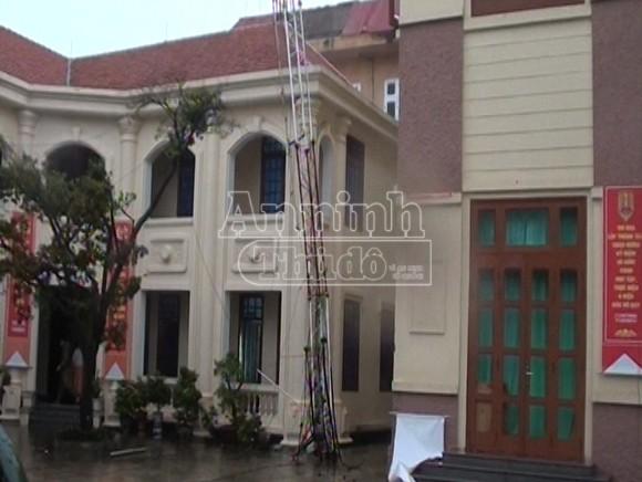 Cột thông tin tại trụ sở Công an tỉnh Quảng Bình bị đổ