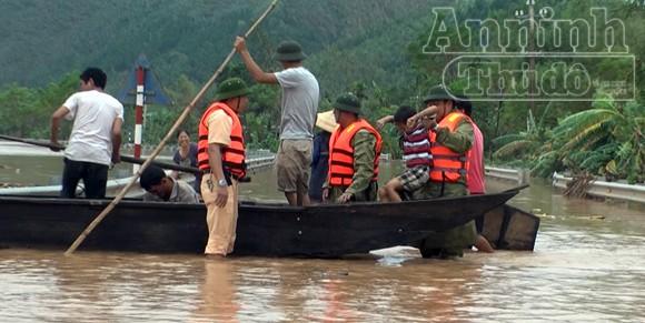 Lực lượng Công an cứu nhiều người dân bị lũ cuốn trôi ảnh 1