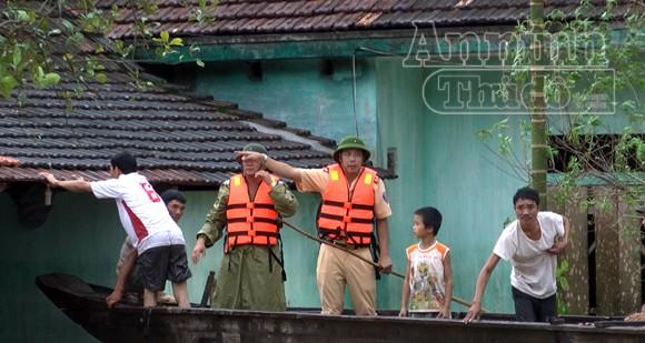 Lực lượng Công an cứu nhiều người dân bị lũ cuốn trôi ảnh 3