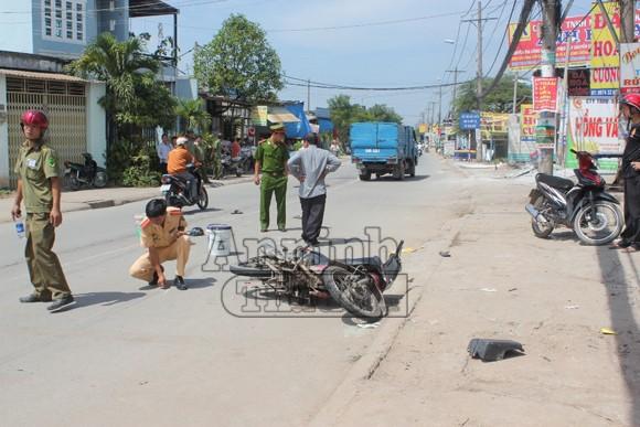 Xe tải tông nát đuôi xe máy, hai người nguy kịch ảnh 1