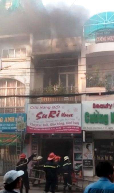 Nhà 2 tầng bốc cháy, nhiều người tháo chạy ảnh 1