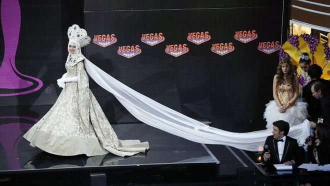 Việt Nam lọt Top10 trang phục dân tộc đẹp nhất Hoa hậu Hoàn Vũ 2013 ảnh 2