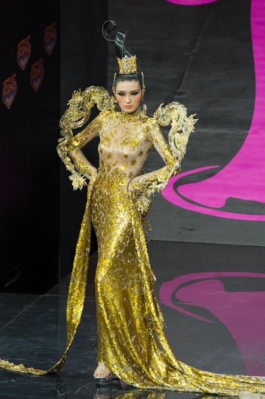 Việt Nam lọt Top10 trang phục dân tộc đẹp nhất Hoa hậu Hoàn Vũ 2013 ảnh 3