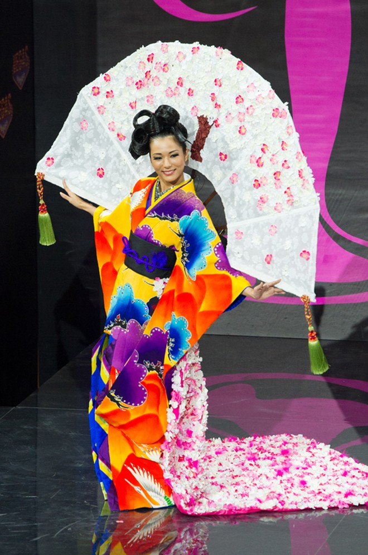 Việt Nam lọt Top10 trang phục dân tộc đẹp nhất Hoa hậu Hoàn Vũ 2013 ảnh 9