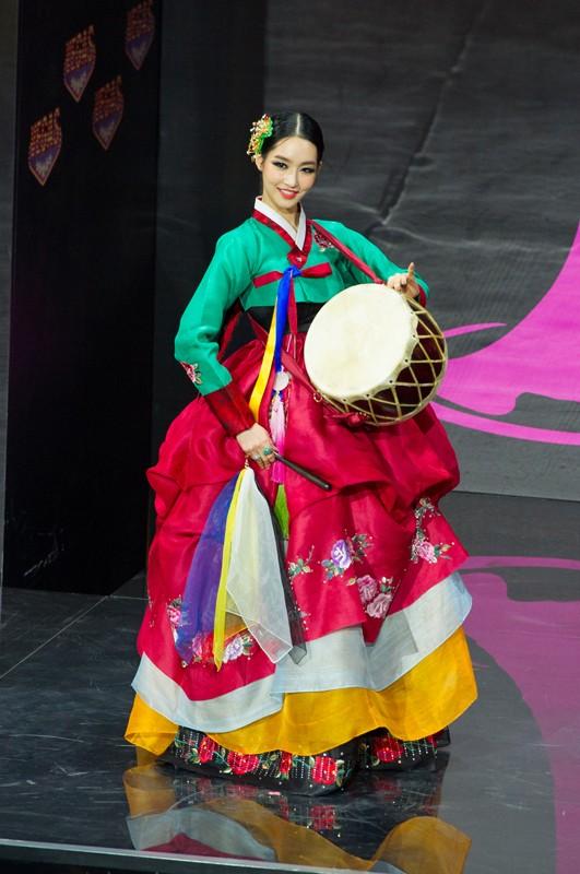 Việt Nam lọt Top10 trang phục dân tộc đẹp nhất Hoa hậu Hoàn Vũ 2013 ảnh 7