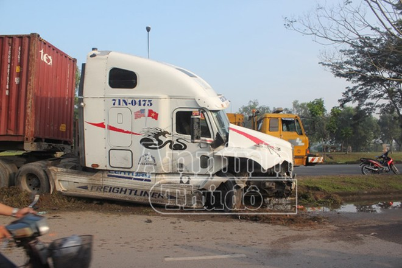 Container tông nát xe 7 chỗ, nhiều người thoát chết vì... đi vệ sinh ảnh 3