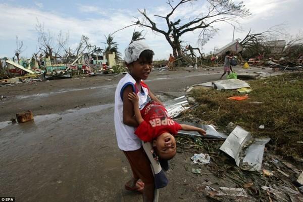Rơi nước mắt trước thảm cảnh trẻ em Philippines sau siêu bão Haiyan ảnh 12