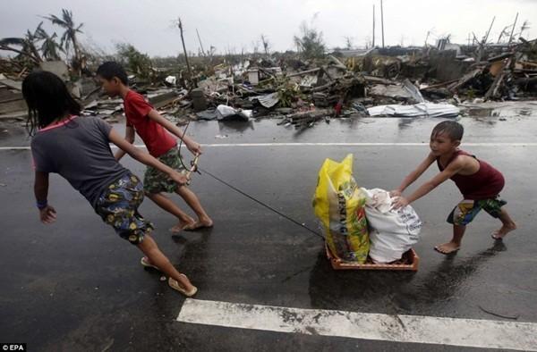 Rơi nước mắt trước thảm cảnh trẻ em Philippines sau siêu bão Haiyan ảnh 13