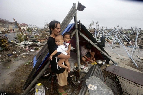 Rơi nước mắt trước thảm cảnh trẻ em Philippines sau siêu bão Haiyan ảnh 14