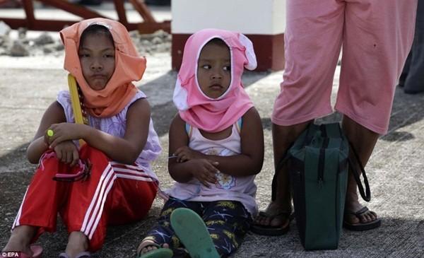 Rơi nước mắt trước thảm cảnh trẻ em Philippines sau siêu bão Haiyan ảnh 15