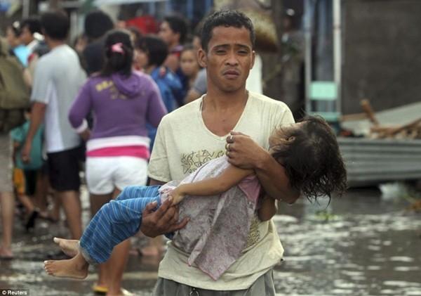 Rơi nước mắt trước thảm cảnh trẻ em Philippines sau siêu bão Haiyan ảnh 18