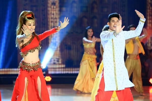 Khoe vũ điệu bốc lửa, Ngân Khánh lộ ngực trên sóng truyền hình ảnh 2