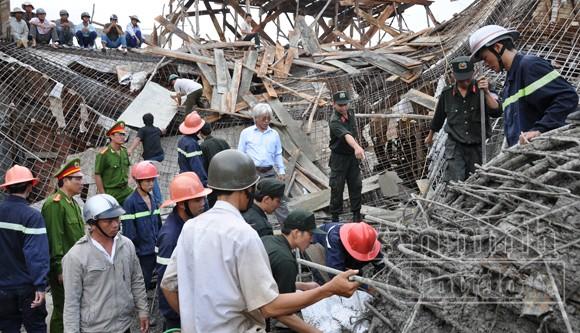 Khởi tố 3 bị can vụ sập giàn giáo hội trường UBND huyện ảnh 1