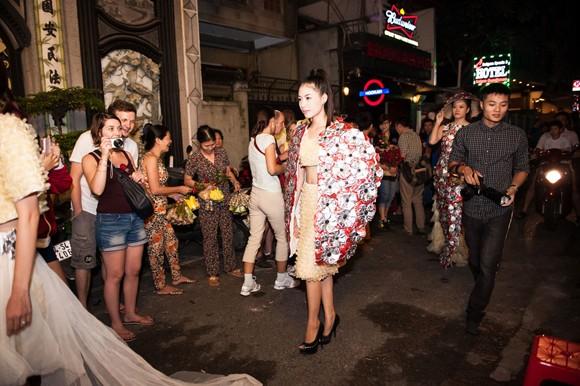 """Dàn """"chân dài"""" khoe dáng giữa phố với thời trang bao cao su ảnh 13"""