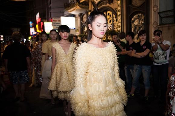 """Dàn """"chân dài"""" khoe dáng giữa phố với thời trang bao cao su ảnh 1"""