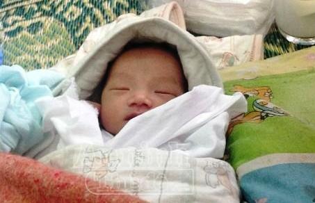 Phát hiện bé sơ sinh bị bỏ rơi trong thời tiết giá lạnh ảnh 1