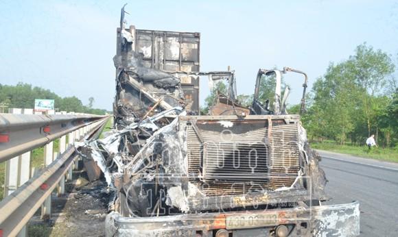 Xe container bỗng dưng phát cháy dữ dội ảnh 1