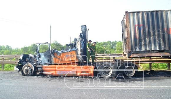 Xe container bỗng dưng phát cháy dữ dội ảnh 2