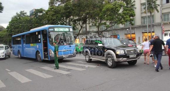 """Chạy ẩu, xe buýt """"đả thương"""" xế hộp giữa trung tâm thành phố ảnh 1"""