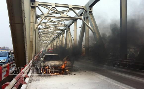Ôtô cháy đen giữa cầu Chương Dương ảnh 1
