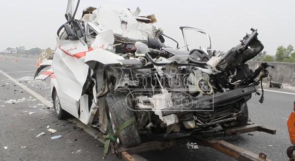 Xe cứu thương tông đuôi container, 5 người thương vong ảnh 1
