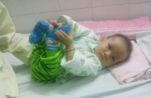 Mong bạn đọc chung tay cứu sự sống mong manh của bé 6 tháng tuổi ảnh 1