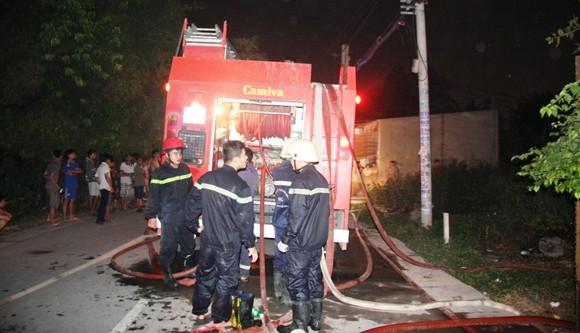 Cháy cơ sở gỗ trong đêm, nhiều công nhân thoát chết ảnh 1