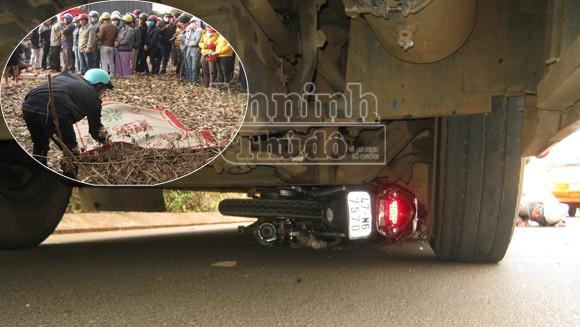 Xe máy bị xe ô tô tải kéo lê gần 200m, một sinh viên tử vong ảnh 1