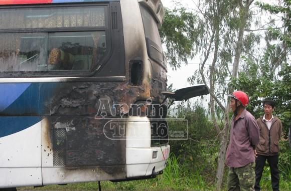 Xe khách bốc cháy, hàng chục hành khách về quê ăn Tết hoảng loạn ảnh 1