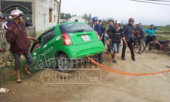 Vi phạm tốc độ, lạng lách đánh võng, taxi Mai Linh lao xuống hố ảnh 1