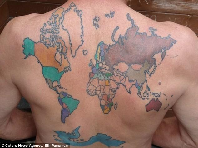 Người đàn ông mê xăm bản đồ thế giới sặc sỡ trên lưng ảnh 2