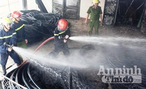 Kho vật tư nhà máy nước Hà Tĩnh cháy dữ dội ảnh 1