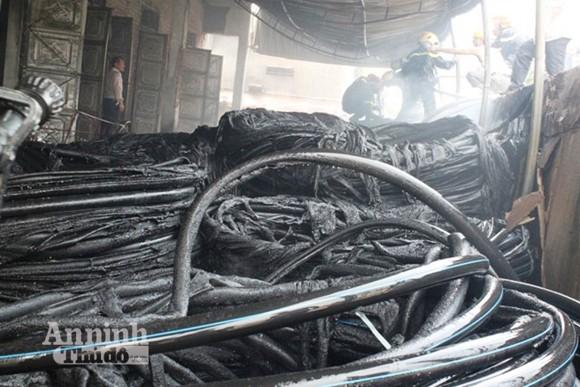 Kho vật tư nhà máy nước Hà Tĩnh cháy dữ dội ảnh 2