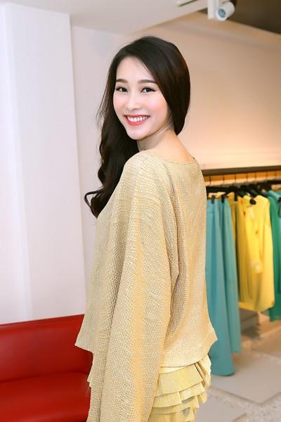 Đỗ Mạnh Cường ân cần sửa váy cho Hoa hậu Đặng Thu Thảo ảnh 4