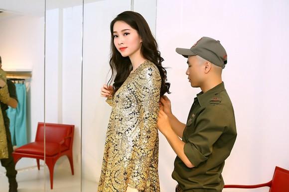 Đỗ Mạnh Cường ân cần sửa váy cho Hoa hậu Đặng Thu Thảo ảnh 1