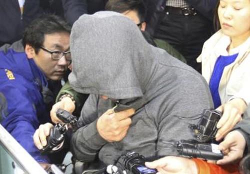 """Thuyền trưởng """"chạy thoát thân"""" bỏ lại hàng trăm nạn nhân khi phà Sewol chìm? ảnh 1"""