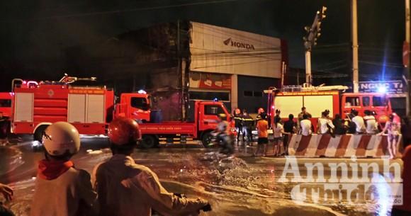 Cháy lớn đại lý Honda, hàng trăm xe máy bị thiêu rụi ảnh 1