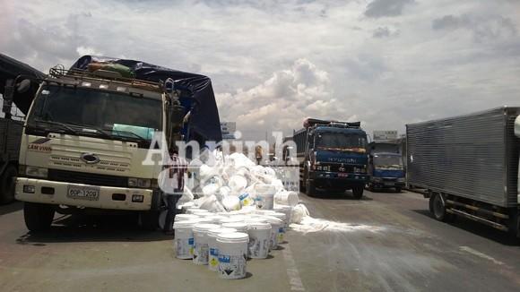 """Xe tải bung thùng, hàng trăm thùng thuốc tẩy văng xuống """"rửa"""" đường ảnh 1"""