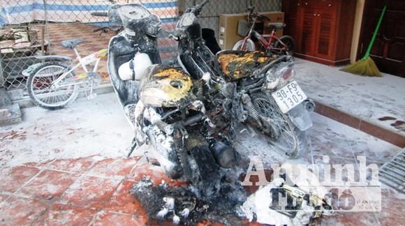 3 xe máy để trước nhà bất ngờ bốc cháy dữ dội ảnh 1