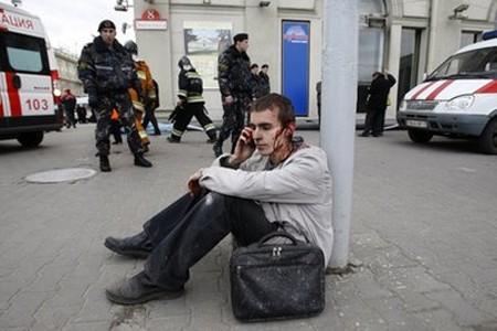 Người thanh niên may mắn sống sót gọi điện thoại cho người thân. Ảnh: AFP