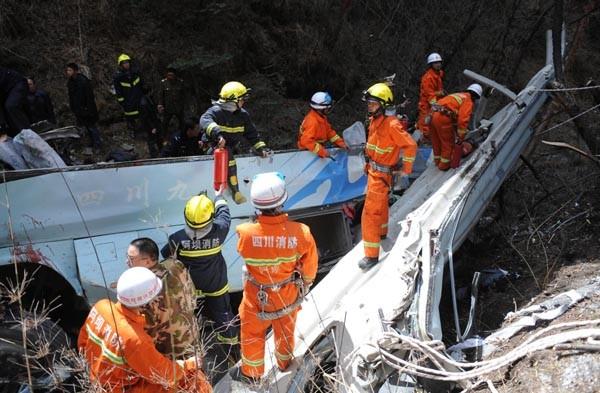 Trung Quốc: Xe buýt rơi xuống vực sâu, 15 người chết