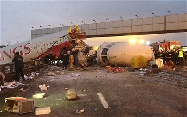 Máy bay vỡ làm ba, 4 người chết ảnh 1