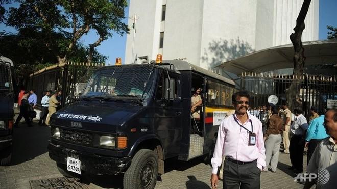 Ấn Độ bắt kẻ mang súng xông vào ngân hàng ảnh 1