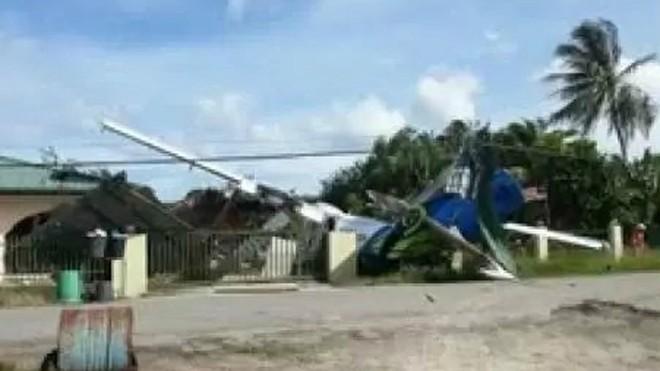 Máy bay Malaysia lao vào nhà dân ảnh 1
