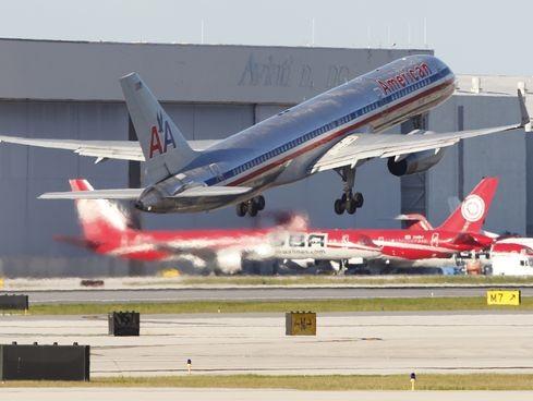 Mỹ: Cháy động cơ, máy bay chở khách hạ cánh khẩn cấp ảnh 1