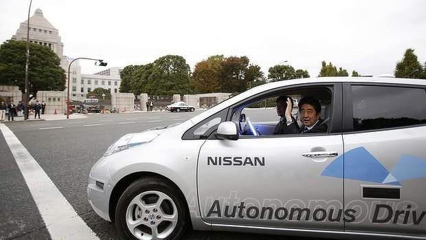 """Thủ tướng Nhật Bản """"dạo phố"""" bằng xe tự lái ảnh 1"""