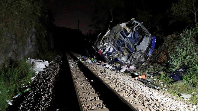 Xe buýt lao khỏi cầu vượt xuống đường ray tàu hỏa, 17 người chết ảnh 1