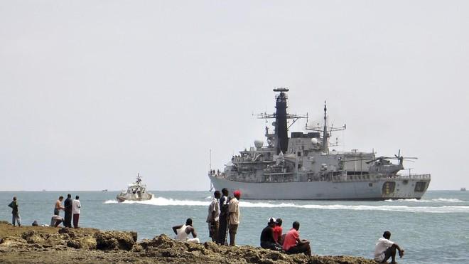 Nghi thủy thủ mắc Covid-19, chiến hạm Anh phải quay trở lại cảng ảnh 1