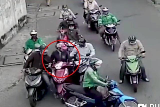 [Tin nhanh tối 24-1-2021] Người phụ nữ bị dàn cảnh móc túi táo tợn giữa ban ngày ảnh 1